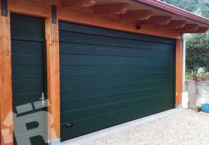 """Dotacja na bramę garażową, montaż okien? To możliwe z programem """"Czyste Powietrze""""."""